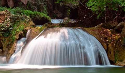 ภาพน้ำตกบริเวณหน้าถ้ำเสาหิน